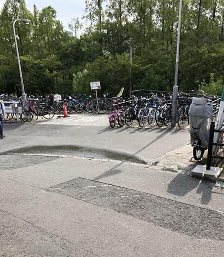 ローソンの手前で右側の自転車置き場の向こう側の道へ